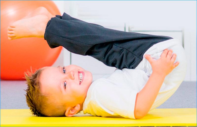 imagen-niño-pequeño-con-pelota-fisioterapia-infantil